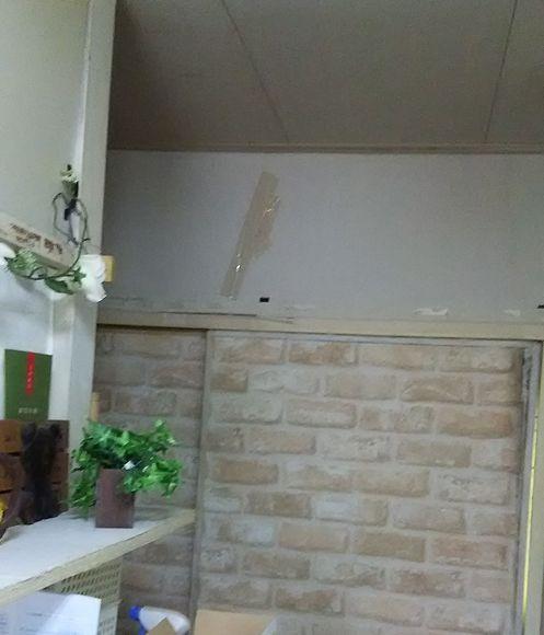 廊下の上のモルタル壁にも木目壁紙を貼っちゃいました